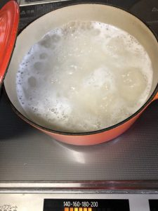 沸騰しているお鍋画像